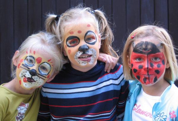 thuis sminken speurtocht buiten activiteit groep kinderen